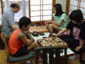 大人も一緒に囲碁を楽しみましょう