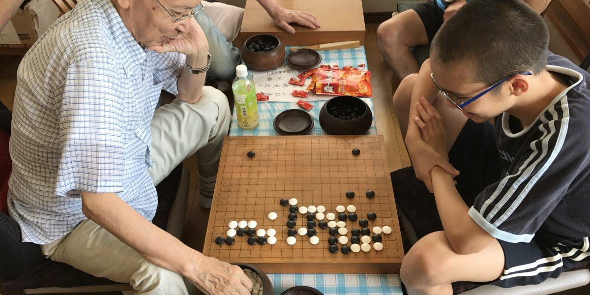 宮崎の碁会所・囲碁センター天元は、子どもも大人も学べる囲碁教室です。強くなれば常連の大人と真剣勝負を繰り返して実力をつけていきます