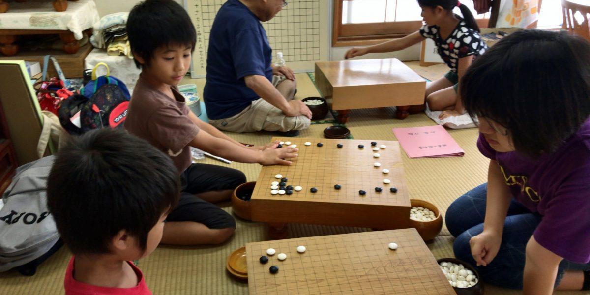 宮崎の碁会所・囲碁センター天元は、子どもも大人も学べる囲碁教室です。子どもたち同士で教え合います。