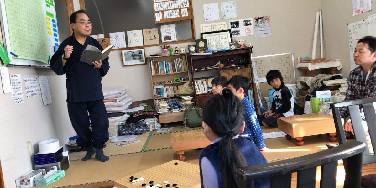 清武の子ども囲碁教室の様子。しっかりと教えてくださります