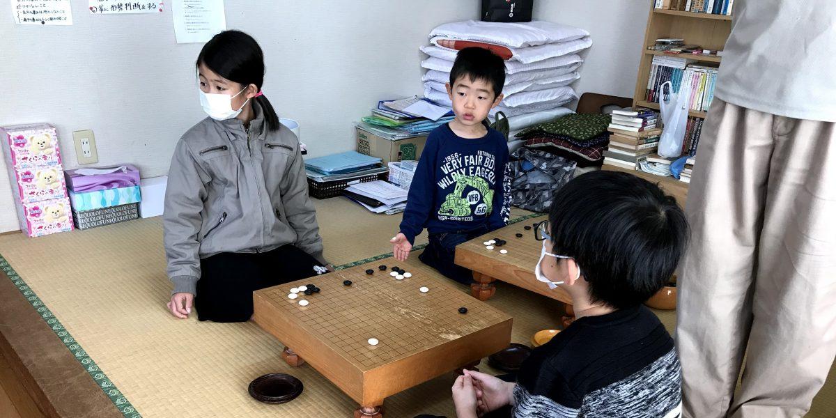 清武の子ども囲碁教室の仲間たち同士の対局